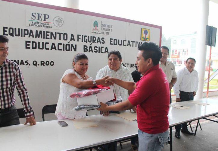 Las autoridades entregaron equipamiento a figuras educativas. (Raúl Balam/SIPSE)