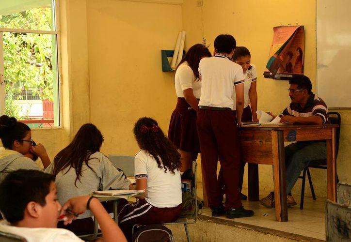 Las becas se otorgan a alumnos destacados con el fin de que no abandonen sus estudio por problemas económicos. (Victoria González/SIPSE)