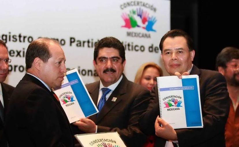 Manuel Espino y René Arce, entregaron al Instituto Federal Electoral la documentación de la organización Concertación Mexicana, que tiene la intención de convertirse en un nuevo partido político. (Notimex)
