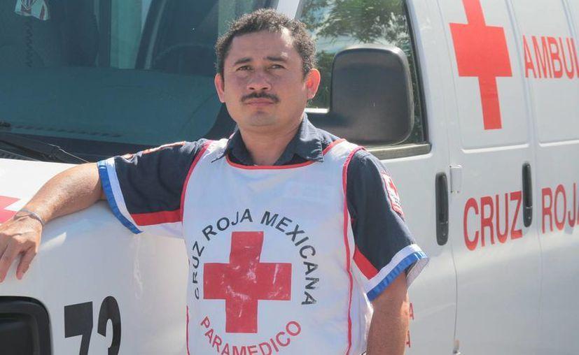 Roberto Carlos Alcocer Ricalde se desempeña como paramédico. (Julián Miranda/SIPSE)