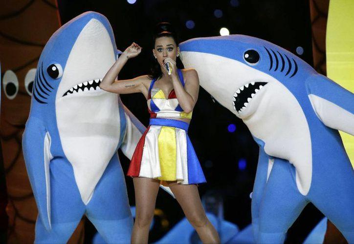 Un comerciante se llevó una amarga sorpresa al hacer una imitación barata de los tiburones que Katy Perry utilizó en el show de medio tiempo del Super Bowl. (Foto: AP)