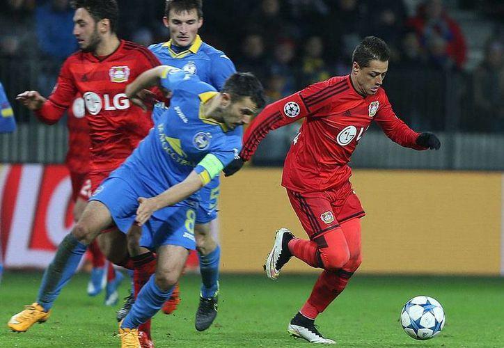 Javier Chicharito Hernández conduce el balón durante el partido que su equipo, el Bayer Leverkusen, empató con el BATE Borisov. (Facebook/bayer04fussball)