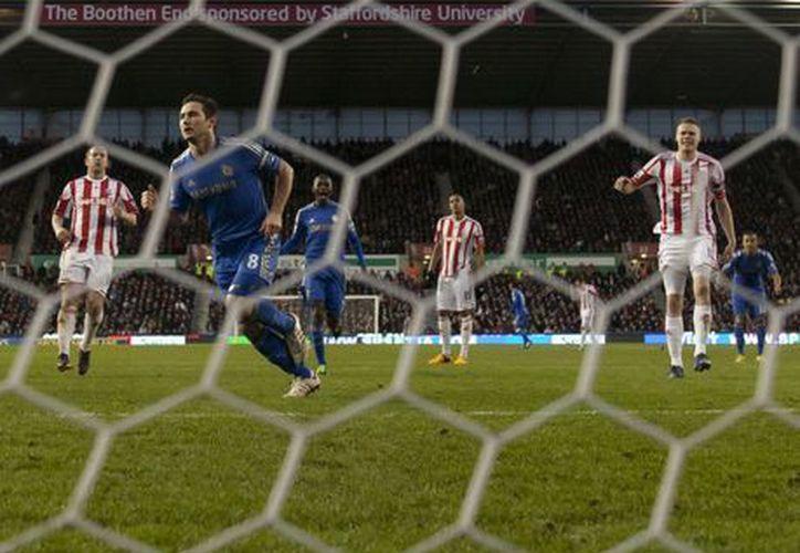 Lampard anotó de penal el tercer gol para el Chelsea. (Foto: Agencias)