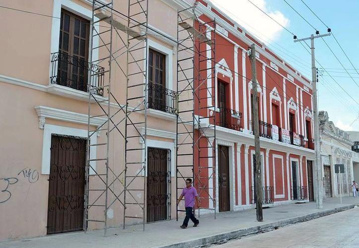 La remodelación de edificios en el Centro de Mérida ya se ha convertido en parte del panorama cotidiano. (Foto: Milenio Novedades)