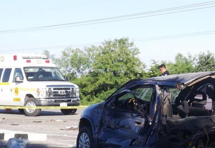 El Chevy acabó destrozado a la orilla de la carretera en Valladolid. (Milenio Novedades)