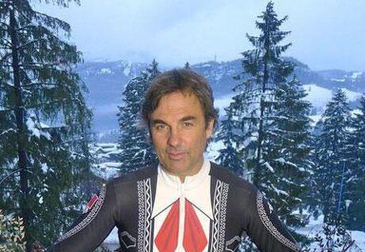 Humbertus Von Hohenlohe muestra con orgullo el traje de mariachi que usará en sus sextos Juegos Olímpicos de Invierno, en Sochi 2014.  (@NBCOlympics)