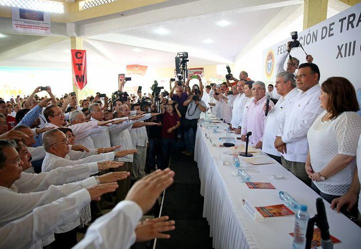 El gobernador de Yucatán, Rolando Zapata, convivió este domingo con directivos de la CTM durante el XIII Congreso Estatal Ordinario de la Federación de Trabajadores de Yucatán. (Foto cortesía del Gobierno estatal)