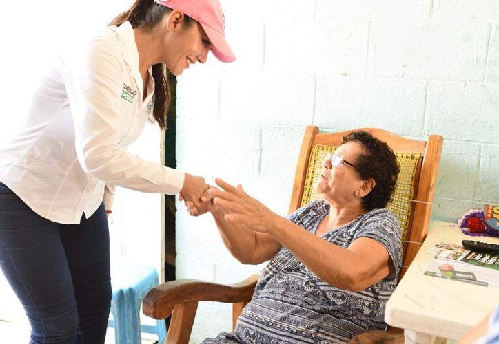 durante su visita por la colonia irregular El Pedregal, la candidata dialogó con las amas de casa.
