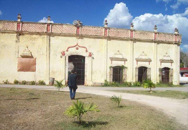 Fachada de la casona donde vivió el Huay coot en Yaxcabá. (Jorge Moreno/SIPSE)