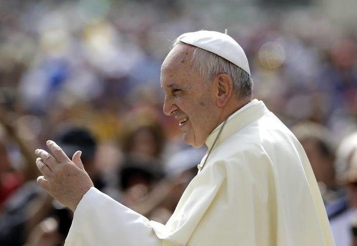 El Papa Francisco saluda a la multitud a su llegada a la audiencia general semanal en la Plaza de San Pedro en el Vaticano este miércoles. (Foto AP/Gregorio Borgia)