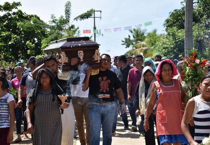 Los funerales de los jóvenes se realizaron en la normal de Ayotzinapa. (Twitter/@Tlachinollan)