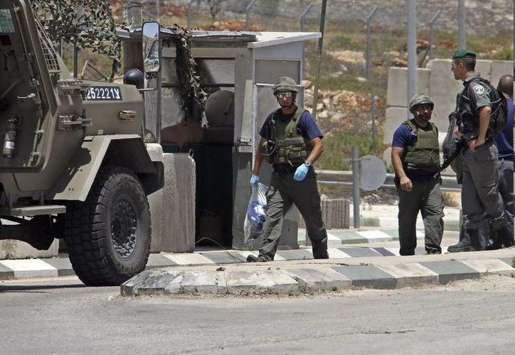 Policías israelíes vogoñam en Zatra después de que soldados israelíes capturaran a un palestino con un cinturón explosivo en el puesto de control cercano a la ciudad cisjordana de Nablus, Palestina. (EFE/Foto de contexto)