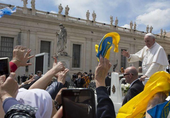 El Papa Francisco invitó a dos monaguillos a dar una vuelta con él a bordo del Papamóvil. (AP)