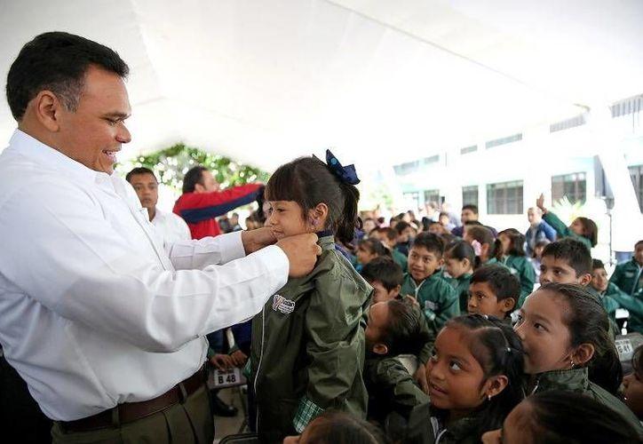 Ayer, el Gobernador inició la distribución de chamarras del programa Bienestar Escolar en beneficio de 227 mil alumnos de escuelas primarias públicas y CAM de Yucatán. (Cortesía)