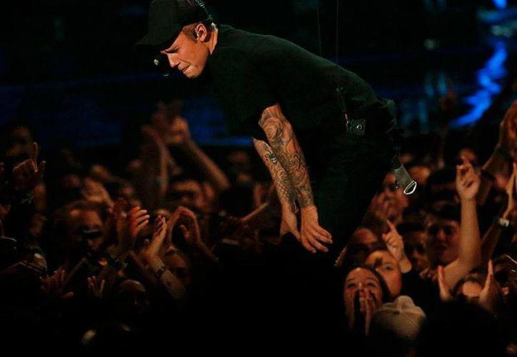 Justin Bieber se presentó en la gala de los premios MTV Video Music, pero como no esperaba que el público lo aceptara, rompió en llanto, según él, por la emoción. (excelsior.com.mx)