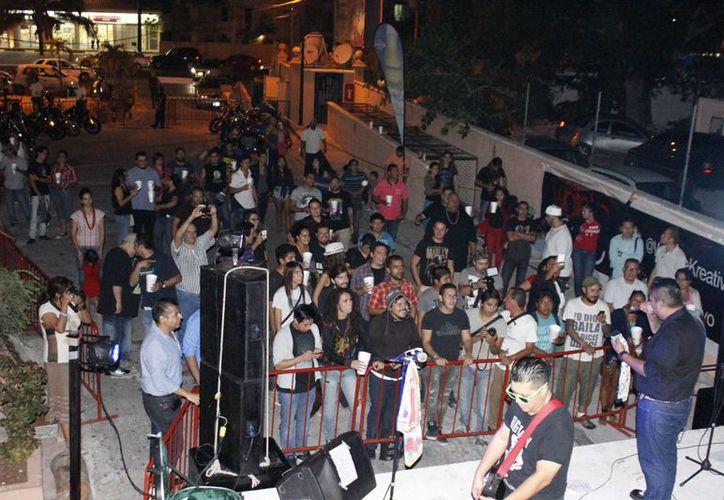 La banda Big Javy y los Tenampa se presentó en la terraza de la pizzería Mayami Ink ubicada e la Plaza de Toros de Cancún. (Andrea Aponte/SIPSE)