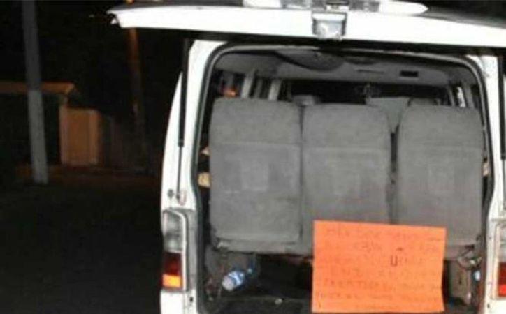 Imagen de la camioneta donde fueron encontrados los cadáveres de 11 personas en Boca del Río, Veracruz. El vehículo portaba placas del servicio público federal.(Excelsior vía Quadratín)