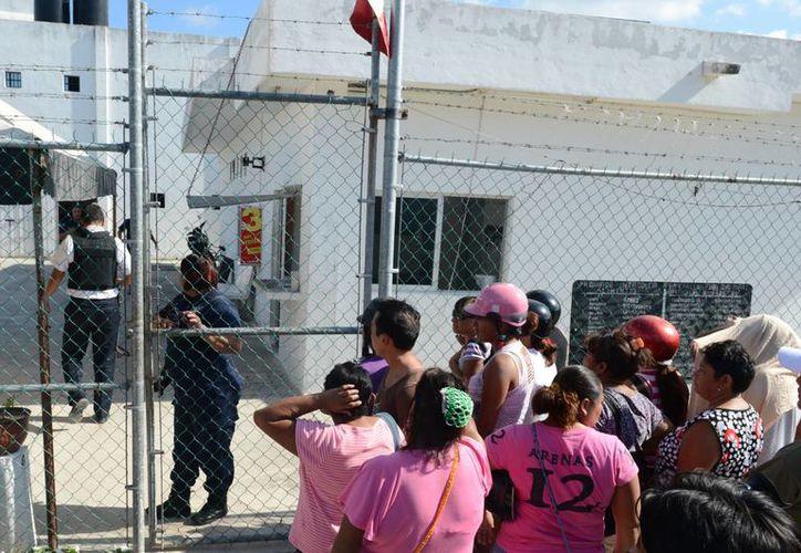 Padres, madres, esposas e hijos acudieron a pasar la Nochebuena con sus familiares en el penal de Cozumel. (Gustavo Villegas/SIPSE)