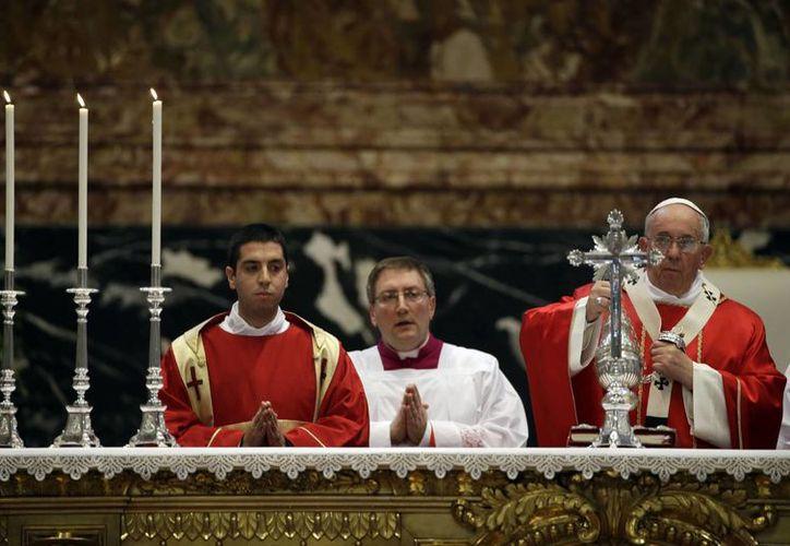 El Papa Francisco durante la celebración de la misa por los obispos y cardenales fallecidos el año pasado, el lunes 3 de noviembre de 2014, en la Basílica de San Pedro. (Archivo/AP)