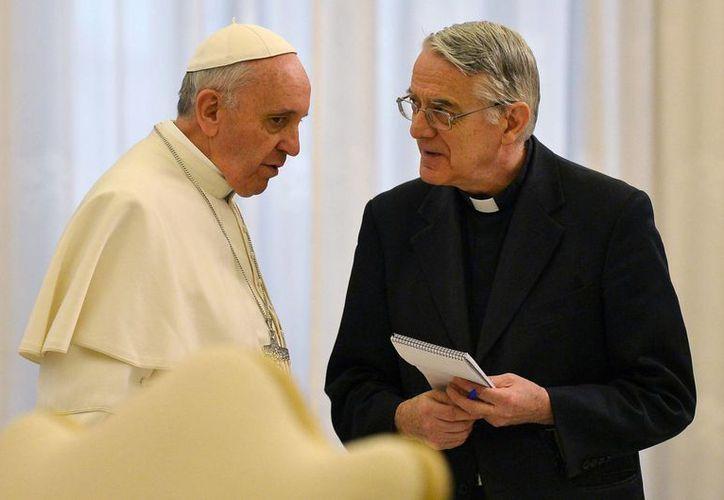 Papa Francisco comparte unas palabras con el portavoz del Vaticano Federico Lombardi. (Agencias)