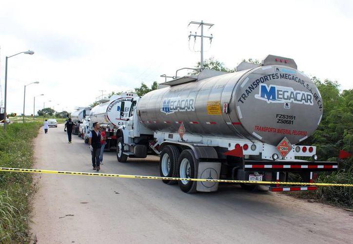 Las pipas estaban a la orilla de la carretera, en Kanasín. Fueron arrestados también los compradores del combustible robado. (Milenio Novedades)