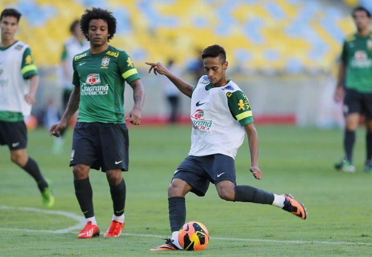 Confiesa Neymar (camiseta blanca) que analizó con mucho cuidado la oferta del Barcelona antes de decidirse a aceptarla. (Agencias)