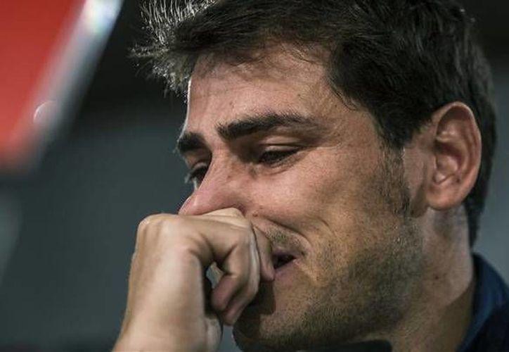 Iker Casillas, quien tal vez es el mejor portero en la historia del futbol español, se retira del Real Madrid, pero ahora jugará con Porto. En la foto, su tristeza al saber que deja al club merengue tras 25 años. (sport.es)
