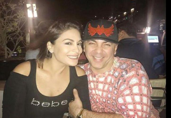 Evelyn Vela fue captada con el hijo de Verónica Castro poco antes de que el cantante anunciara su enlace matrimonial. (Contexto)