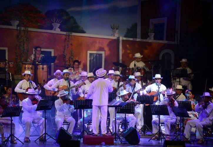 La Orquesta Típica Yukalpetén interpretó entrañables temas de la música yucateca. (Luis Pérez/SIPSE)