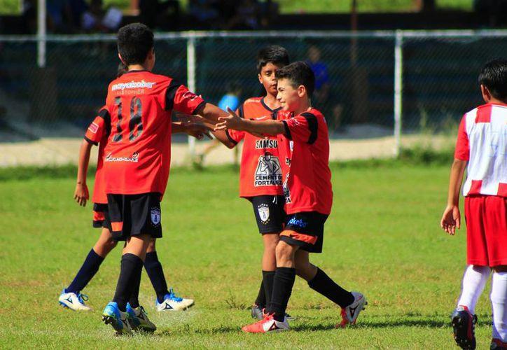 Los tucitos, de la categoría Infantil Mayor oficial dominaron el juego, con velocidad y algunas genialidades individuales. (Ángel Mazariego/SIPSE)