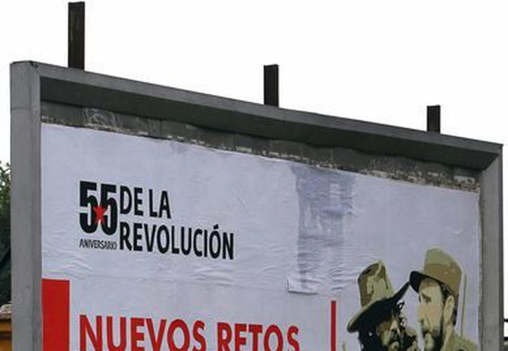 Una mujer camina junto a un cartel alusivo a la revolución cubana en La Habana. (EFE)