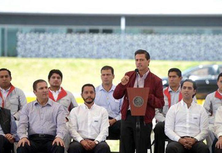 El presidente Enrique Peña Nieto entregó el bulevar Industria Automotriz y el Dist. Vial D9 en Puebla. En su discurso subrayó que ha estado cerca de los padres de los jóvenes de Iguala. (@PresidenciaMX)