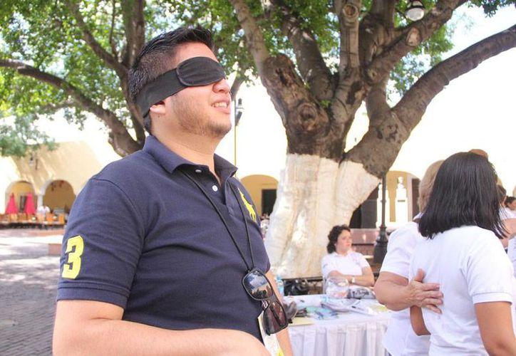 Unas 80 personas recorrieron, con ojos vendados y en silla de ruedas, calles del Centro Histórico de Mérida, como parte de un ejercicio de sensibilización de la discapacidad. (José Acosta/SIPSE)
