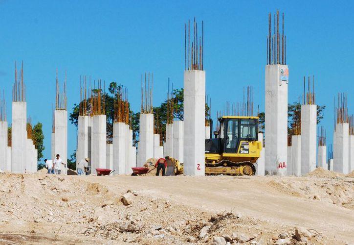 Albañiles limpiaron de escombros, piedras y ramas concentrados entre las columnas. (Tomás Álvarez/SIPSE)
