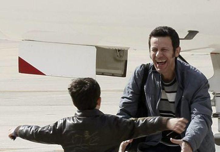 El reportero español Javier Espinosa saluda a su hijo Yerai, quien le dio la bienvenida en el aeropuerto militar de Torrejón en Madrid, España. (Agencias)