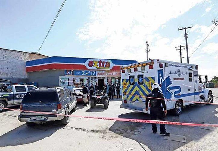 El asaltante amagó a los empleados cuando abrían la tienda, a las 07:00 horas de ayer domingo, y los obligó a entrar bajo amenazas y golpes en la cabeza.(Foto: Diario)