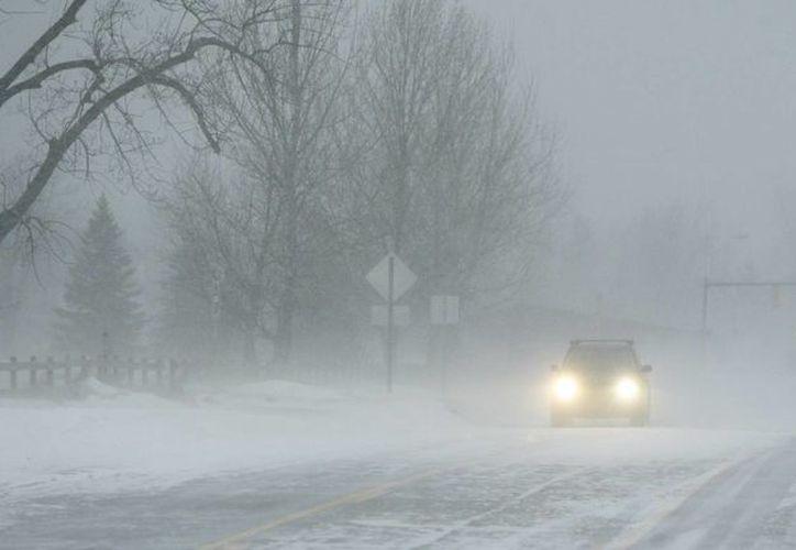 La fuerte tormenta invernal ha paralizado gran parte de Estados Unidos con intensas nevadas bloqueando carreteras y retrasando vuelos. (Agencias)