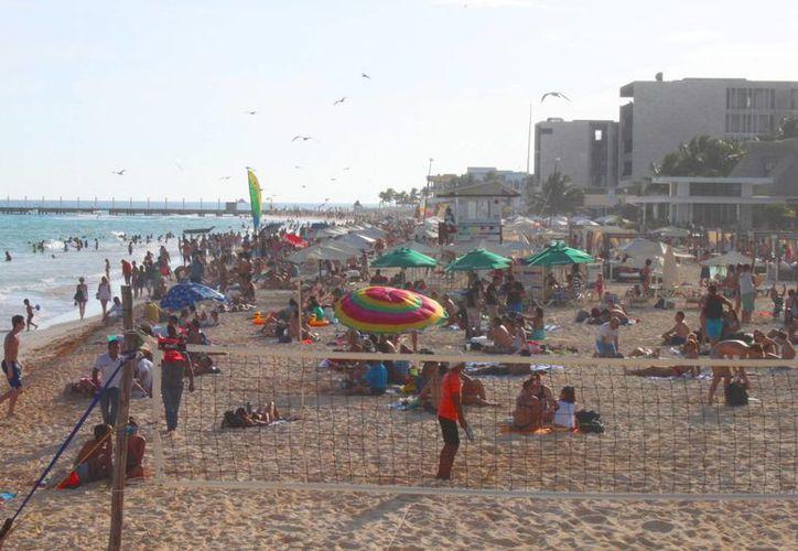Los arenales de la costa de Playa del Carmen lucieron llenos durante las fiestas navideñas. (Daniel Pacheco/SIPSE)