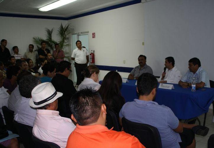 Empresarios y comerciantes durante una reunión que se llevó a cabo en las instalaciones de la Canaco.  (Yenny Gaona/SIPSE)