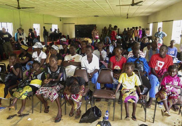 Sobrevivientes del virus del ébola participaron este lunes en una ceremonia antes de ser dados de alta en el centro médico Hastings, a las afueras de Freetown, Sierra Leona. (EFE)