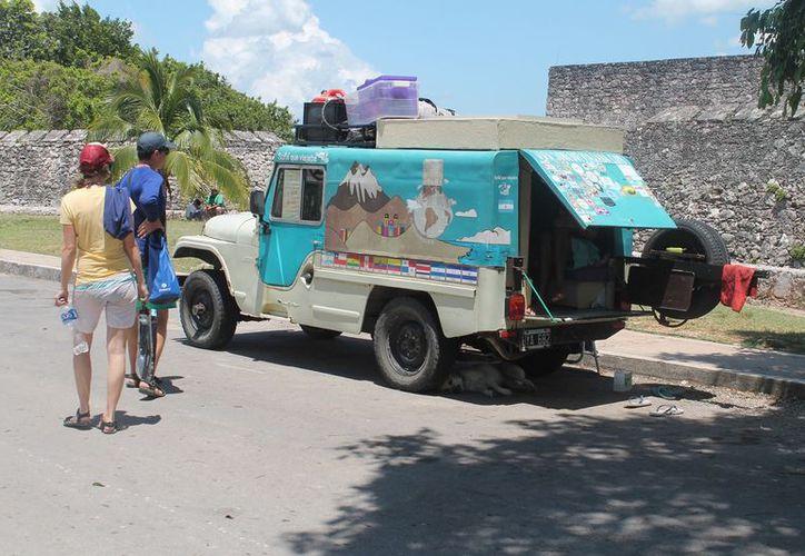 La mayoría de las unidades son extranjeras y las autoridades de Tránsito no hacen algo al respecto. (Javier Ortiz/SIPSE)
