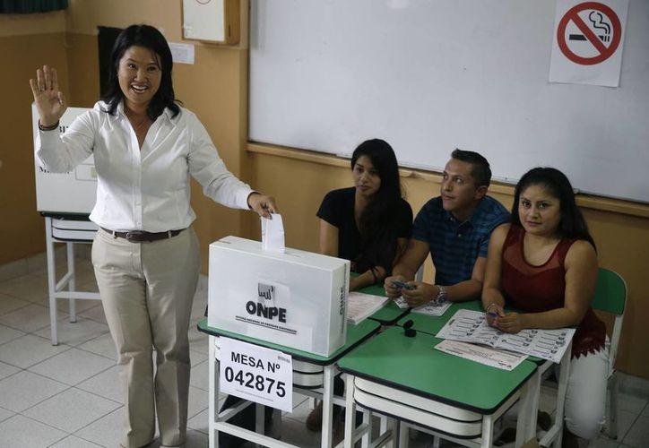 La candidata presidencial Keiko Fujimori al momento de ejercer el voto en las elecciones generales en Lima, Perú, este domingo por la mañana. (Foto AP/Martin Mejia)
