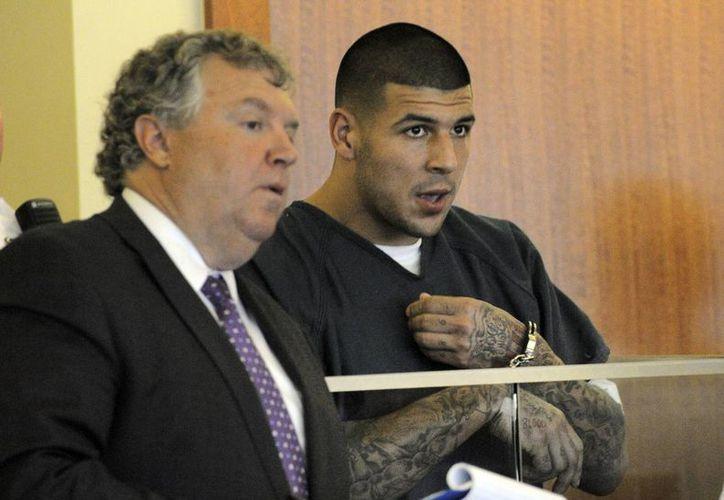Aaron Hernández (d)  junto a su abogado Michael Fee. El exfutbolista podría enfrentar cadena perpetua. (Agencias)