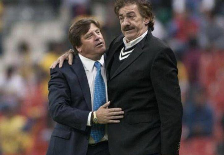 Durante el encuentro Jaguares vs Xolos, Ricardo La Volpe se enojó porque Herrera lo buscó para saludarlo antes del encuentro, algo que jamás le ha gustado por 'cábala'. (Imágenes de Mexsport)