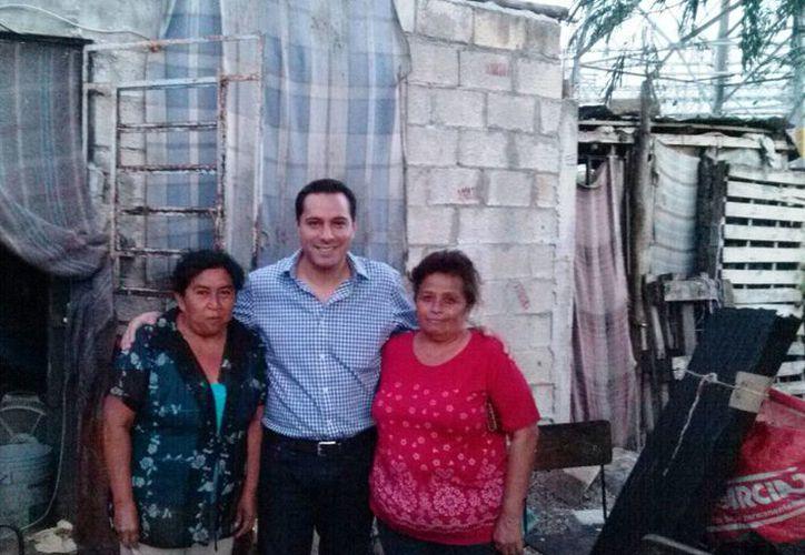 El diputado Mauricio Vila con beneficiarias de sus apoyos sociales. (Cortesía)