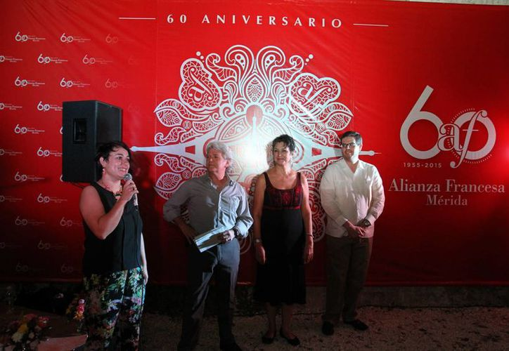 La directora de la Alianza, Marion Lecardonnel Baudet, al dar su mensaje junto al Cónsul Honorario de Francia en Yucatán, Mario Ancona Teigell. (Milenio Novedades)