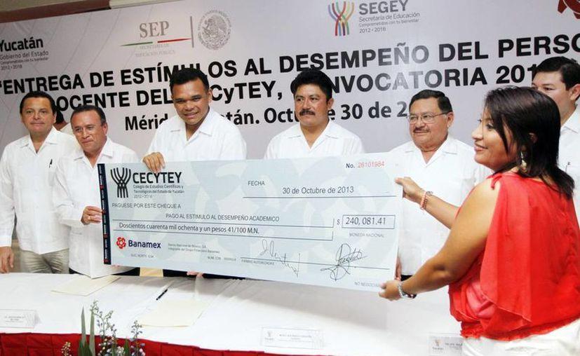 Reconocen con dinero labor de maestros yucatecos. (Milenio Novedades)