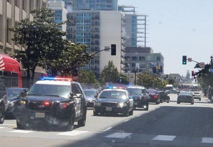 Un oficial ha sido trasladado a un hospital luego de pegarse un tiro accidentalmente. (Twitter)