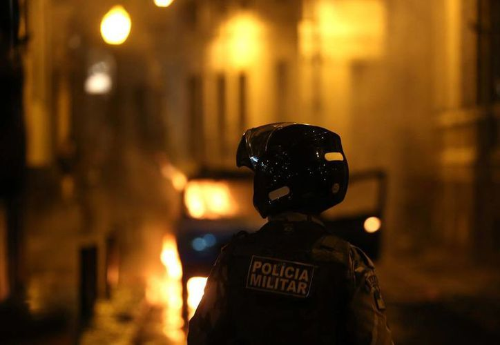 Imagen de archivo de una patrulla incendiada en Brasil, país sacudido por la violencia, a unos cuantos meses de celebrarse ahí la Copa del Mundo 2014. Entre anoche y esta madrugada, se registraron 12 homicidios en Campinas, una de las sedes mundialistas. (Efe)