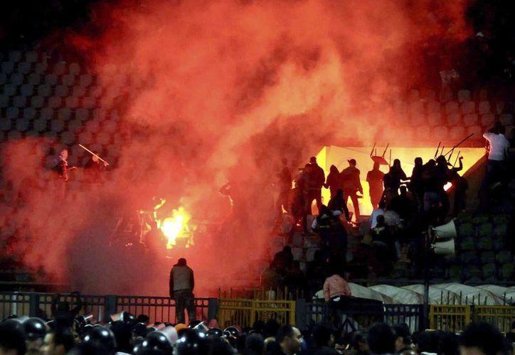Fotografía tomada el 1 de febrero de 2012 que muestra los disturbios que se produjeron en el estadio de Port Said, Egipto. (EFE/Archivo)